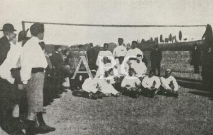 1903, EL EQUIPO DEL MODERNO ANTES DE SU FUSIÓN CON EL MADRID. LA FOTO ESTÁ HECHA EN EL HIPÓDROMO.png