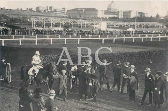 1919, EN EL HIPÓDROMO DE LA CASTELLANA. EL CABALLO BUNKER HILL, DE MADAME J. DAVIES, GANADOR DEL PREMIO BIZANTINA EN LA CUARTA CARRERA