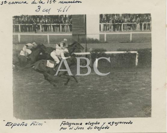 1928, Carreras de caballos en la Castellana. Llegada de los caballos en la tercera carrera de la decimotercera reunión