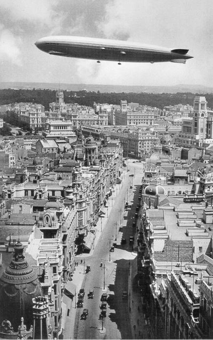 1930, Gran Vía sobrevolada por un Zeppelin.jpg