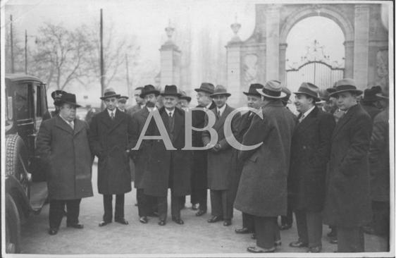 1933, EL GOBIERNO VISITANDO LOS TERRENOS DE PUERTA DE HIERRO DONDE SERÁ TRASLADADO EL HIPÓDROMO,  EN LA IMAGEN, INDALECIO PRIETO, ZUAZO ARQUITECTO Y  QUIROGA..png