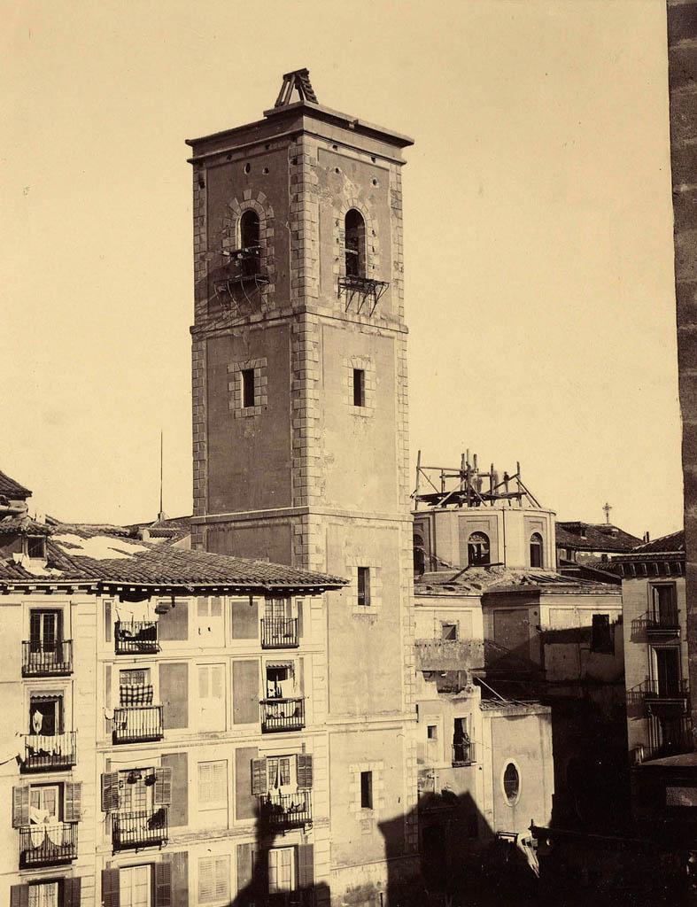1869-iglesia-de-santa-cruz-en-la-calle-de-la-bolsa-c-a-plaza-de-santa-cruz-al-inicio-de-su-derribo