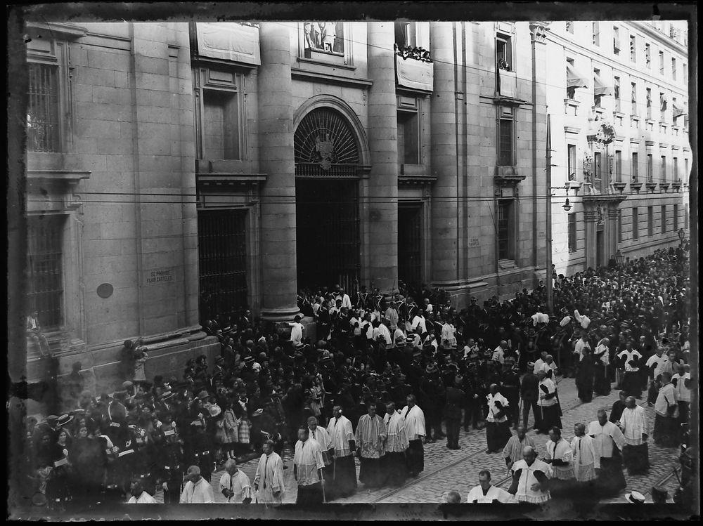 1929, Catedral de San Isidro. Salida de la Procesión del Corpus.jpg