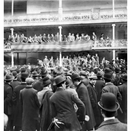 1911, EL MITIN DE AYER EN JAI ALAI. ASPECTO DEL FRONTÓN DURANTE LA REUNIÓN CELEBRADA POR LOS ESCOLARES PARA DAR CUENTA DE LOS TRABAJOS PREPARATORIOS PARA LA CONSTITUCIÓN DE LA CASA DE