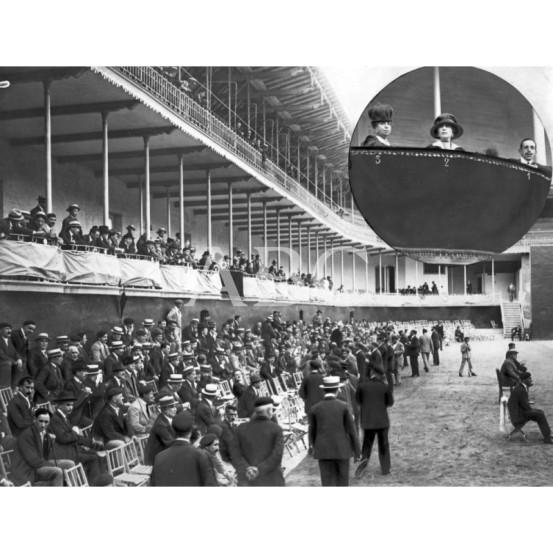 1918, EL VERANEO DE LA FAMILIA REAL. ASPECTO DEL FRONTÓN JAI ALAI DURANTE EL PARTIDO DE ANTEAYER, AL CUAL ASISTIERON SS.MM. EN CÍRCULO, D. ALFONSO XIII