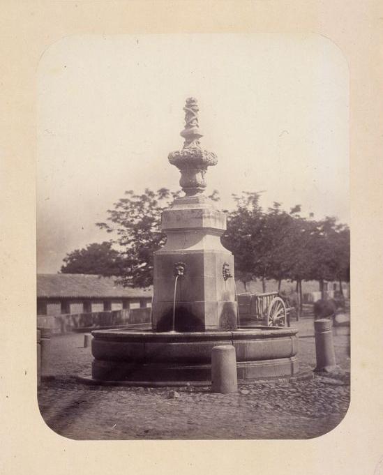 1864, Fuente vecinal en el Puente de Toledo, carretera de Andalucía.jpg