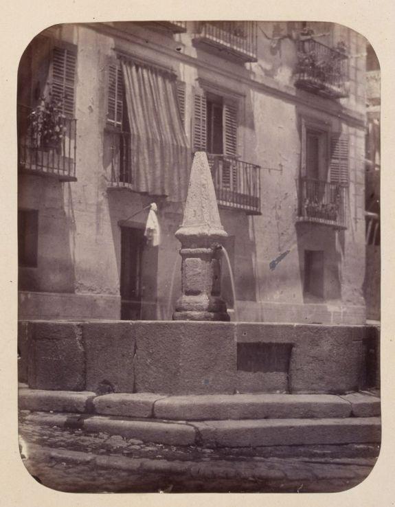 1864, Fuente vecinal en la Calle de Embajadores.jpg