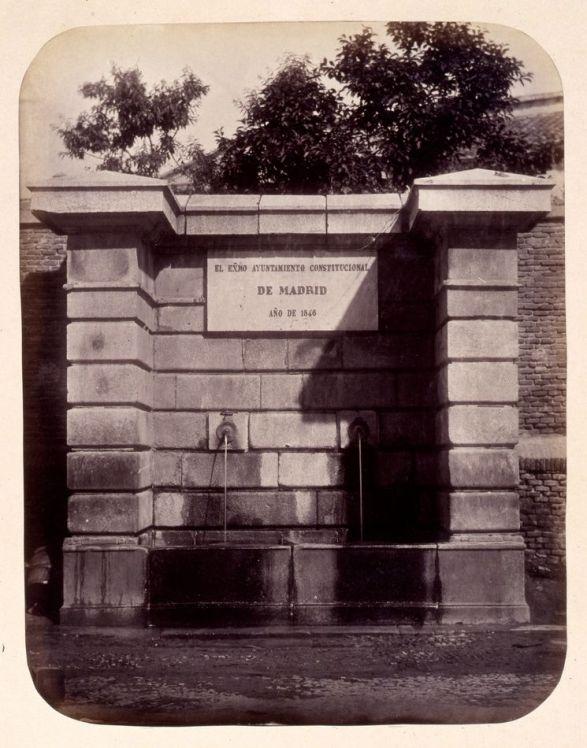 1864, Fuente vecinal en la Calle de Luchana en Chamberí.jpg
