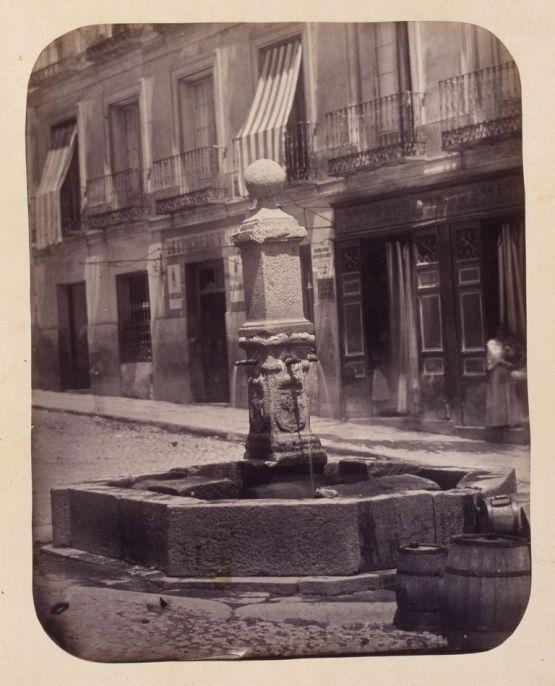 1864, Fuente vecinal en la Calle de Santa Isabel.jpg