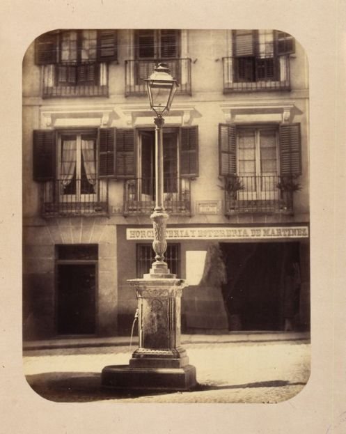 1864, Fuente vecinal en la calle del Caballero de Gracia.jpg