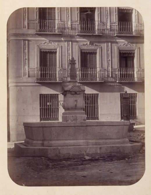 1864, Fuente vecinal en la Plaza de Jesús.jpg