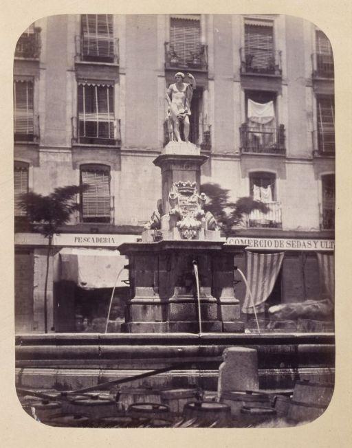 1864, Fuente vecinal en la Plaza de Lavapiés.jpg