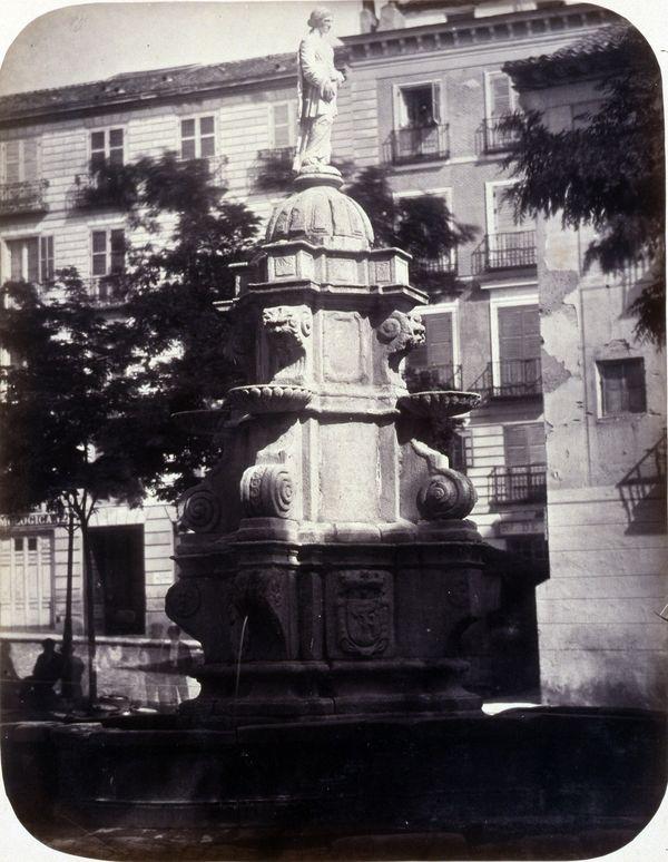 1864, Fuente vecinal en la plaza de Santo Domingo.jpg