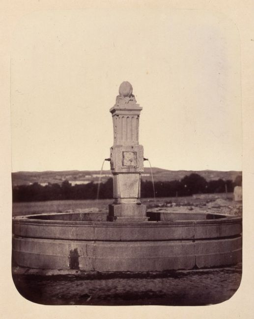 1864, Fuente vecinal en la Plaza del Barrio de las Peñuelas.jpg