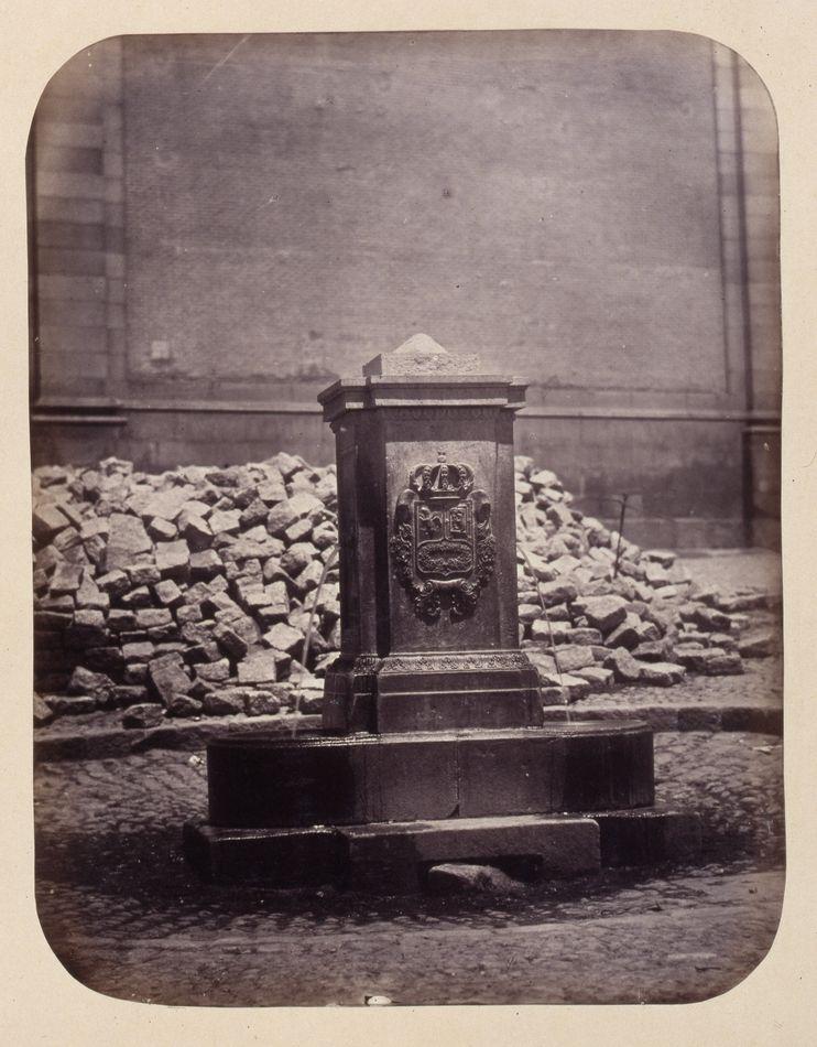 1864, Fuente vecinal en la Plazuela de los Carros.jpg