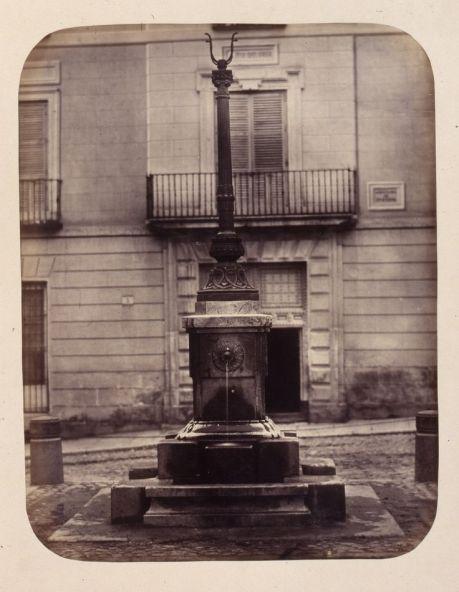 1864, Fuente vecinal en la Plazuela de Puerta Cerrada.jpg