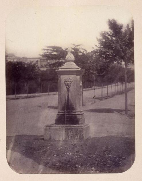 1864, Fuente vecinal en los jardines de la Cuesta de la Vega, carretera.jpg