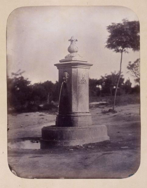 1864, Fuente vecinal en los jardines de la Cuesta de la Vega.jpg